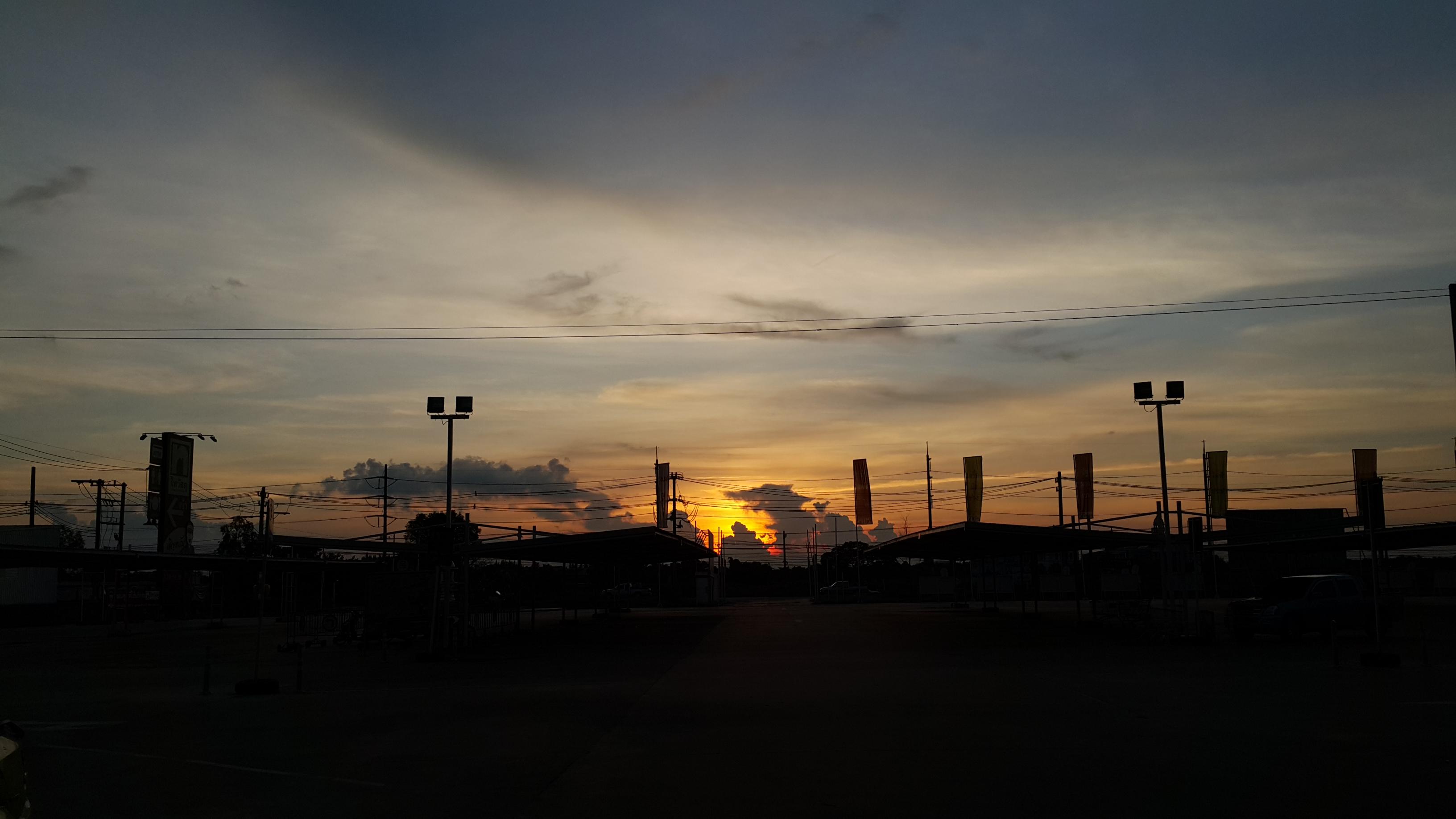 ท้องฟ้ากำลังหยอกและเล่นกันในวันที่ท้องฟ้าสดใส