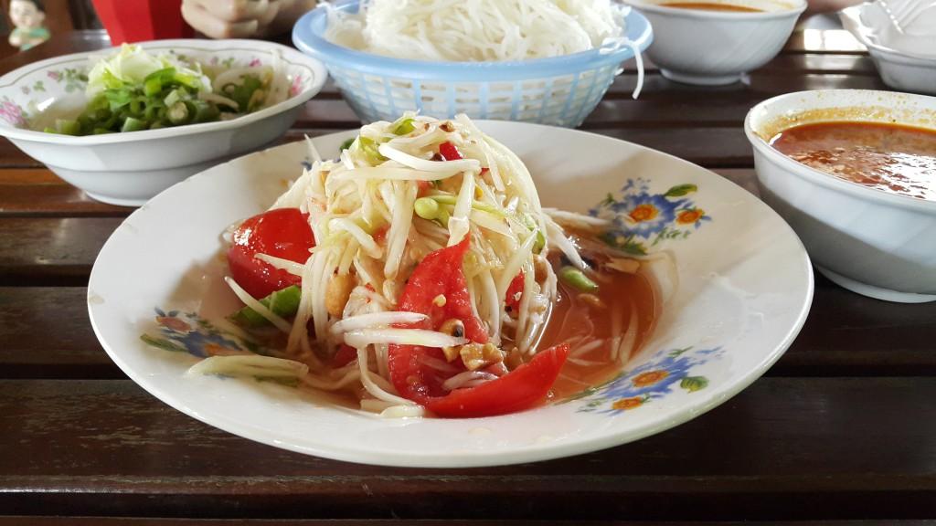 วิธีการทานขนมจีน แม่หมี่ ให้อร่อย ๆ แซบ ๆ ไปถึงใจ